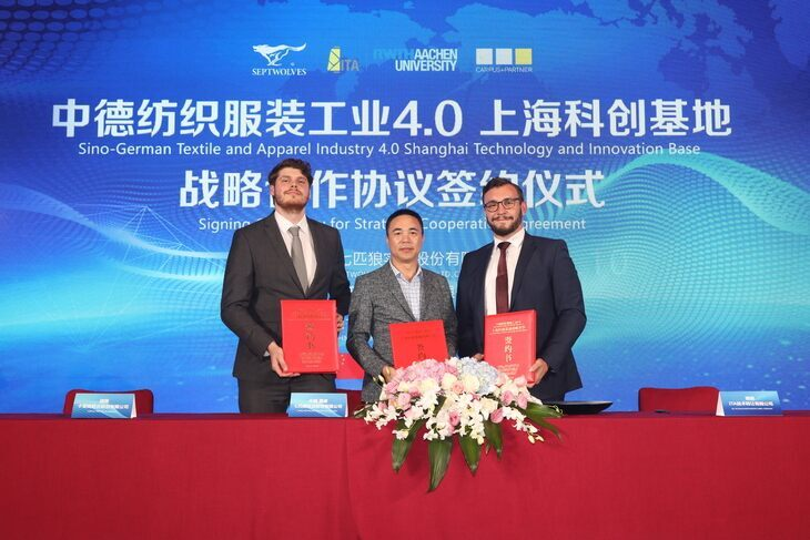 Alexander Lüking (ITA), Shaoxiong Zhou (Septwolves) and Dr. Robert Brüll (ITA) with the cooperation agreements (from left to right)
