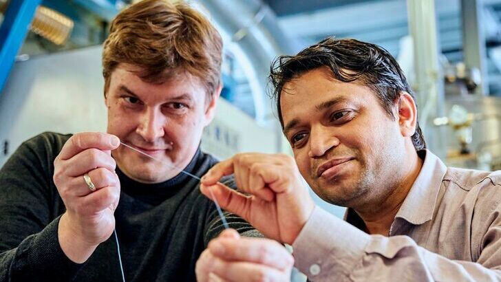 Scientist Dr. Pavan Manvi from ITA (right) and researcher Dr. Jochen Norwig from Covestro